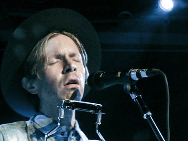 """Beck played an acoustic show at Le Poisson Rouge (pics, setlist, and video of """"Loser"""" and cover of """"Billie Jean"""")"""