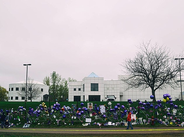 Prince tributes outside Paisley Park (photo by @liznemmersphotography)
