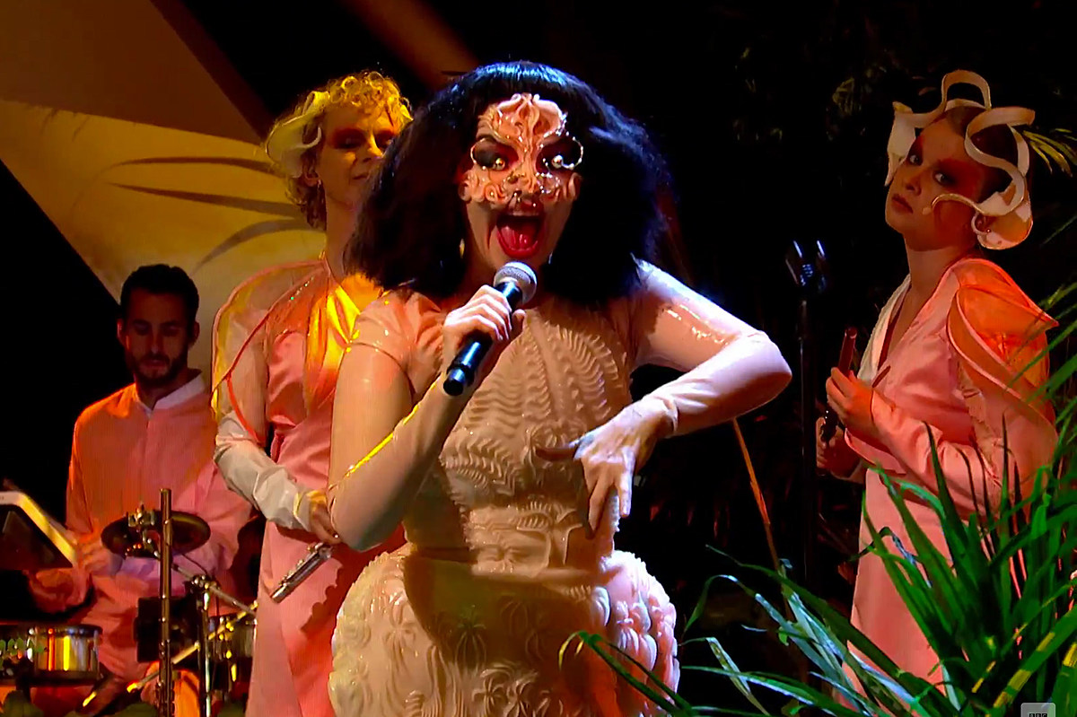 Bjork performed on TV for the first time in 8 years on 'Jools Holland' (watch)