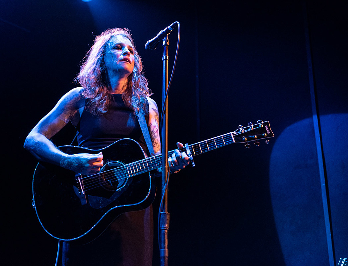 "Laura Jane Grace played NYC (pics), releases 'Wayne's World'-themed ""I Hate Chicago"" video"