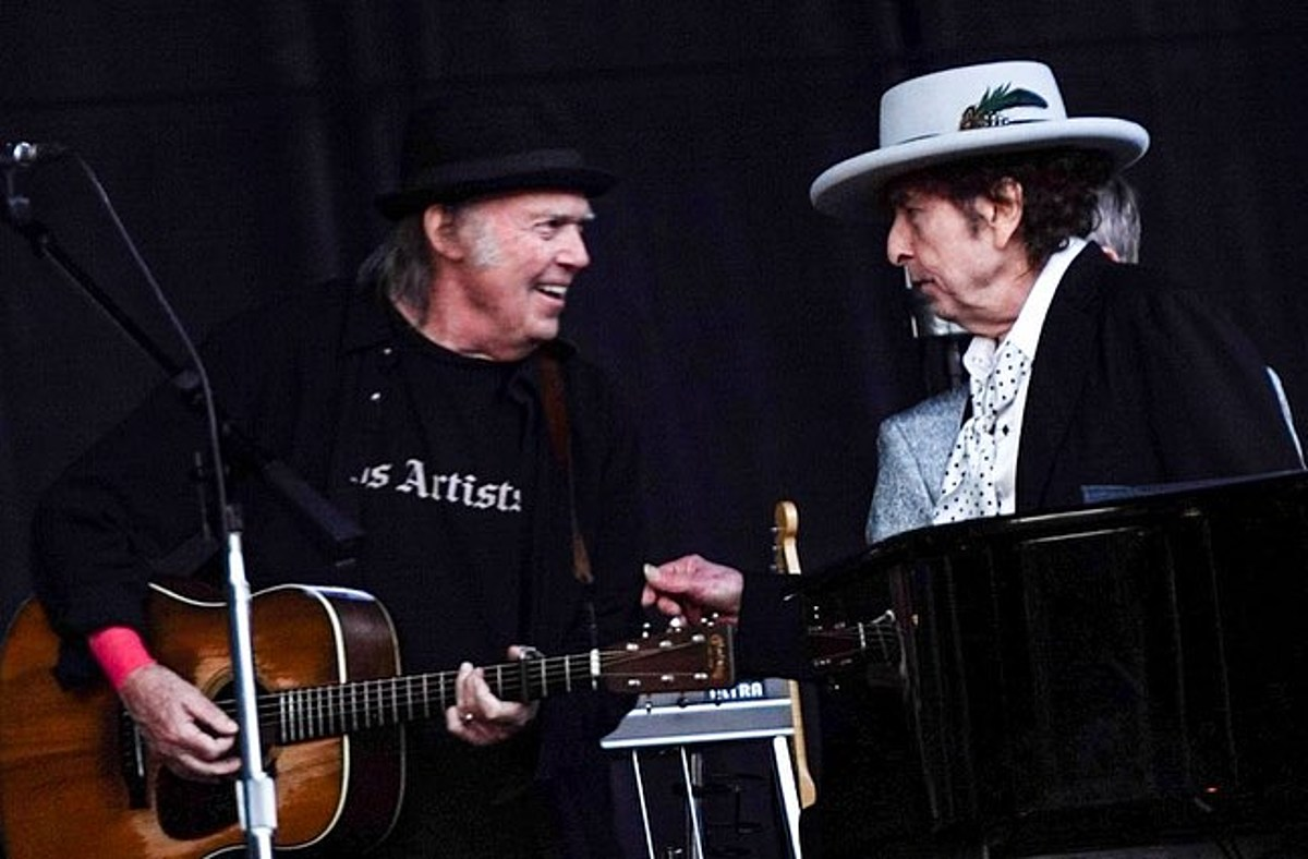 Bob Dylan Neil Young sang together on stage for first time in 25 years (watch)