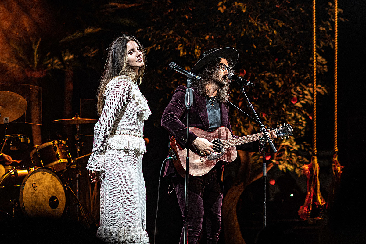 Lana Del Rey covered Leonard Cohen with his son, brought out Sean Lennon more at Jones Beach (pics, videos)